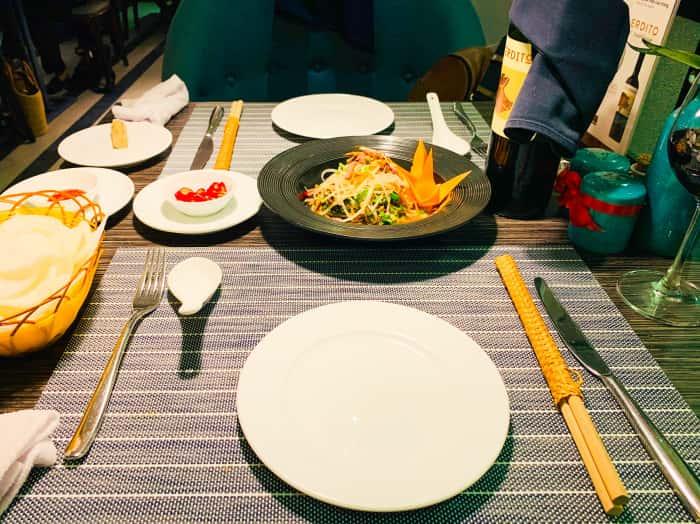 エッセンスレストラン テーブル