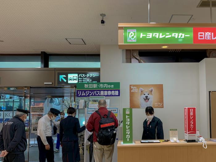 秋田空港バス券売機_乗り場案内