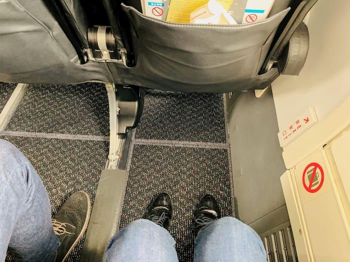 JAL国内線非常口座席足元